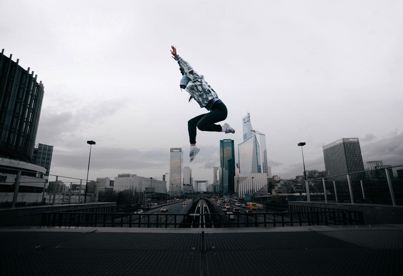 IPMA process. Made better. Mujer saltando en el aire, con vista a la ciudad de Paris
